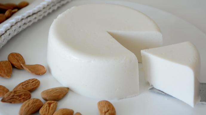 Quesos Quesos Deja a todos boquiabiertos con esta receta vegana de queso de almendras
